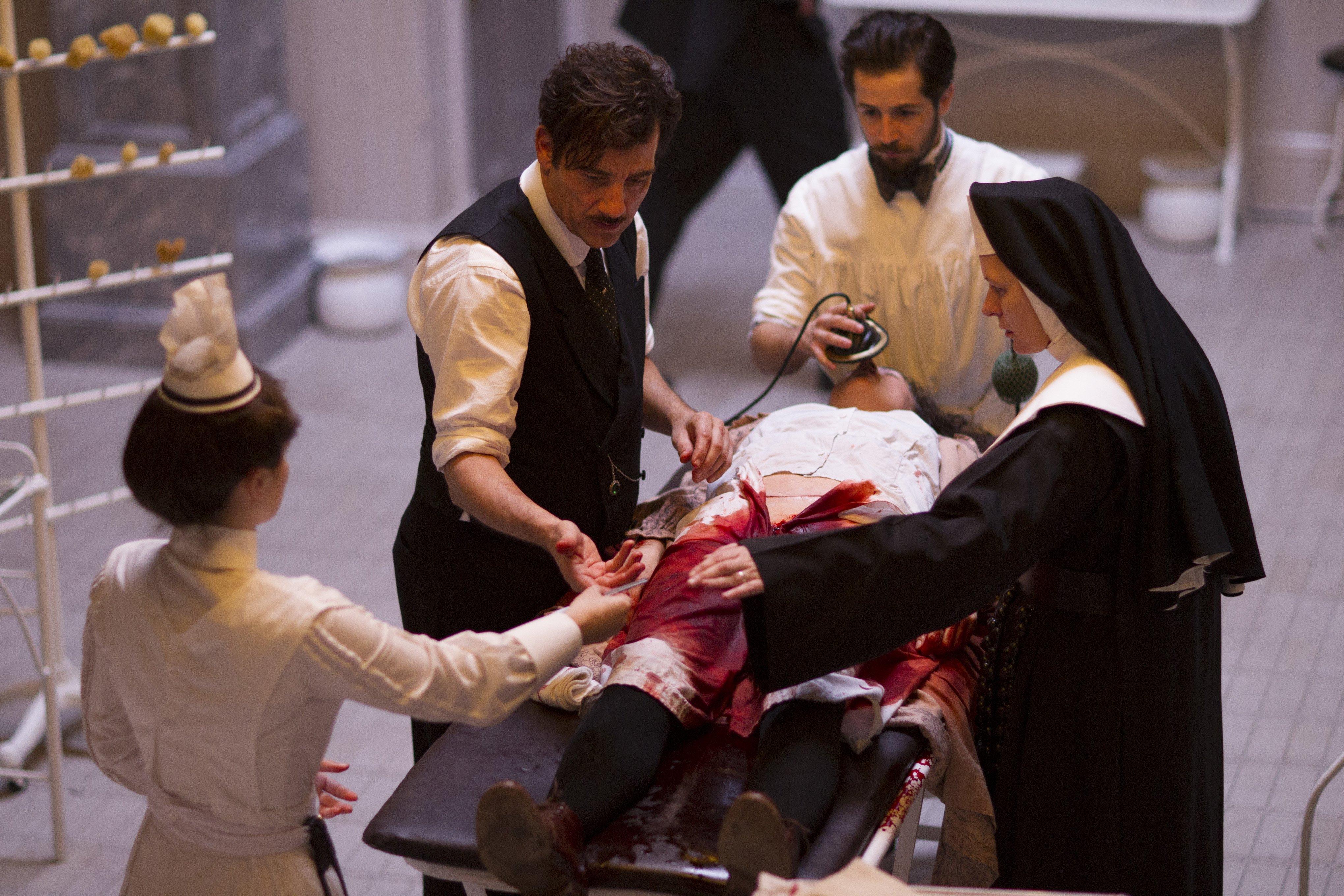 Photo d'une opération médicale dans la saison 1 de The Knick