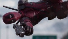 Photo du film Deadpool réalisé par Tim Miller avec Ryan Reynolds qui fait un saut à la Max Payne