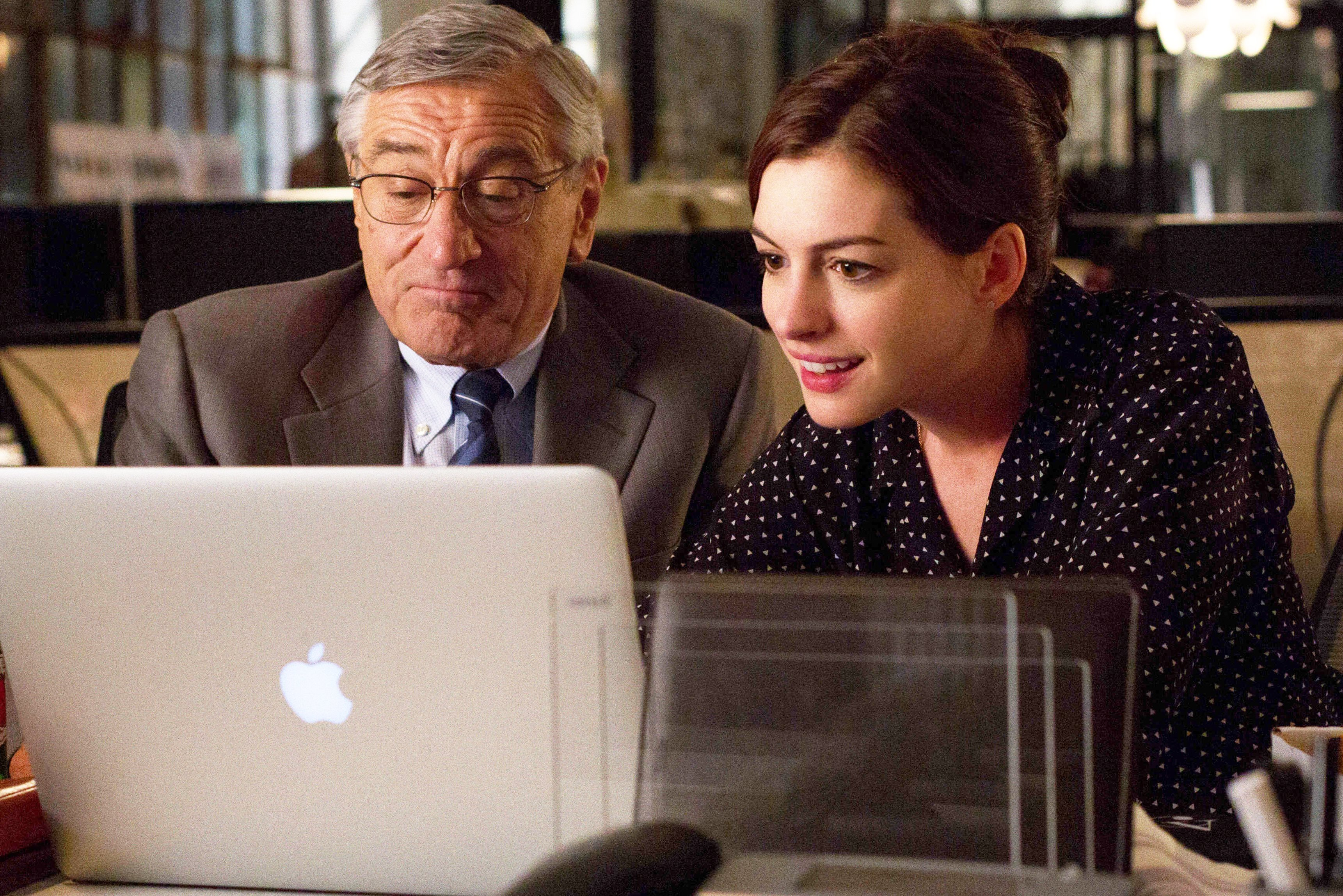 photo le nouveau stagiaire robert de niro et anne hathaway. Black Bedroom Furniture Sets. Home Design Ideas