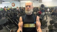 Photo de J.K. Simmons en train de s'entraîner pour devenir James Gordon