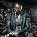 Photo de La Tour Sombre avec Idris Elba et ses armes