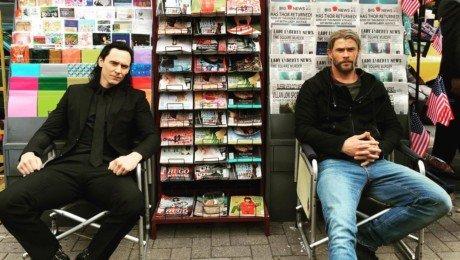 Photo du tournage de Thor: Ragnarok à New York avec Loki et son frère, Thor