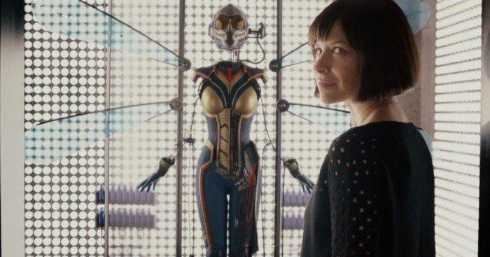 Photo d'Evangeline Lilly devant le costume de The Wasp dans la scène post-générique d'Ant-Man
