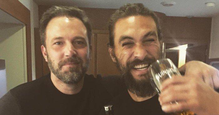 Photo de Ben Affleck et Jason Momoa en train de fêter la fin du tournage de Justice League