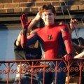 Photo de Tom Holland en train de saluer sur le tournage de Spider-Man: Homecoming