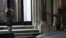 Photo du tournage de The Defenders avec Jessica Jones braqué par Misty Knight