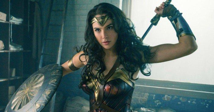Photo de Wonder Woman avec Diana qui dégaine son épée