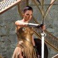 Photo de Wonder Woman avec Diana prenant une épée