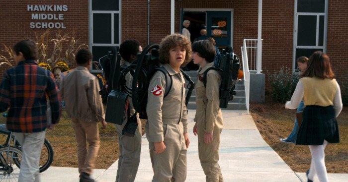 Photo de Stranger Things 2 avec Dustin, Mike et Lucas en costume de SOS Fantômes