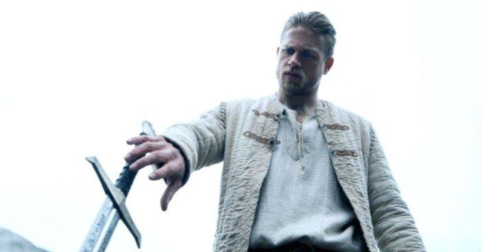 Photo du film Le Roi Arthur: La Légende d'Excalibur avec Charlie Hunnam sur le point de s'emparer d'Excalibur