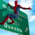 Poster du film Spider-Man: Homecoming avec Spider-Man rentrant à la maison dans le Queens