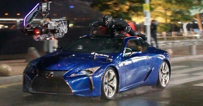 Photo du tournage en Corée du Sud de Black Panther avec Black Panther sur le toit d'une voiture