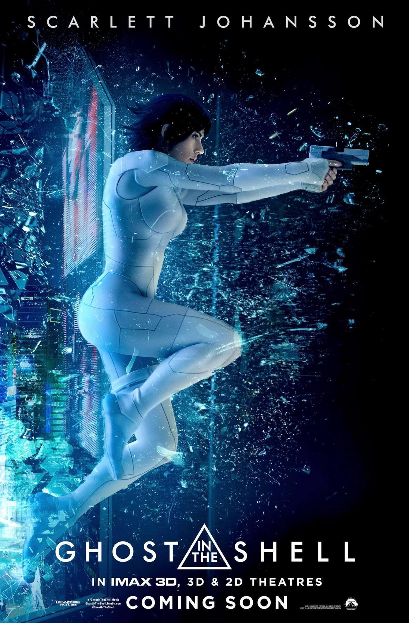 Poster du film Ghost in the Shell avec Scarlett Johansson traversant une vitre avec des flingues à la main