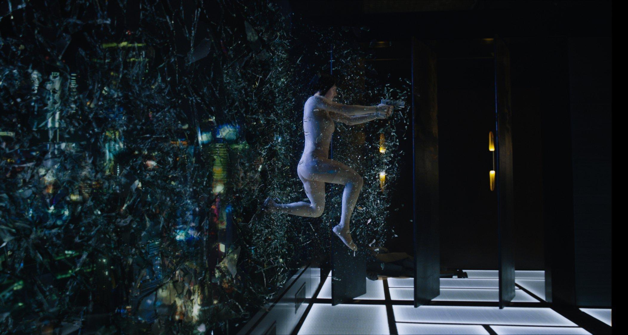 Photo du film Ghost in the Shell avec Scarlett Johansson sautant à travers une vitre