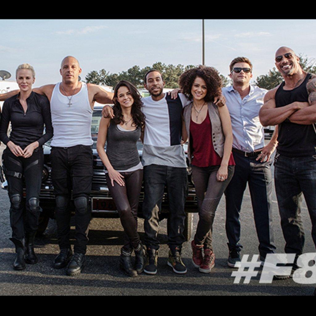 Photo du film Fast & Furious 8 avec la famille au complet