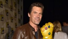 Photo de Josh Brolin au Comic-Con avec le gant d'infini