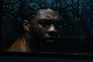 Photo du film Message from the King avec Chadwick Boseman triste.