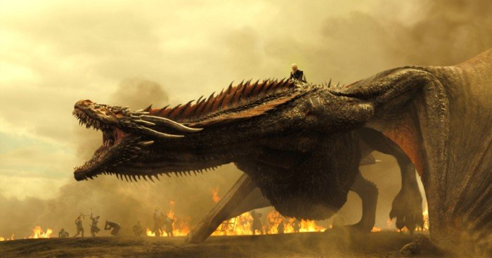 Photo de la saison 7 de Game Of Thrones avec Daenerys Targaryen sur un dragon