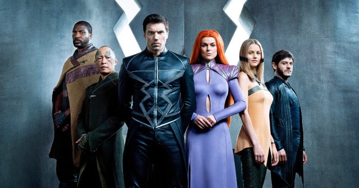 Photo du casting de la série Inhumans avec de gauche à droite, Gorgon (Eme Ikwuakor), Karnak (Ken Leung), Black Bolt (Anson Mount), Medusa (Serinda Swan), Crystal (Isabelle Cornish) et Maximus (Iwan Rheon)