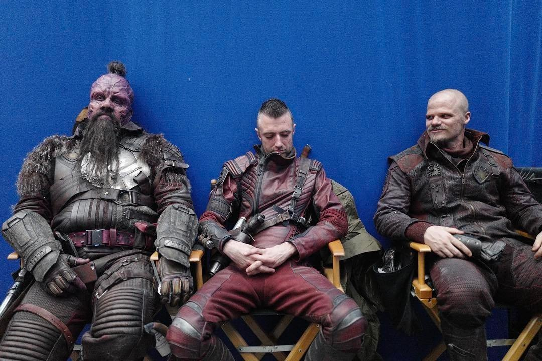 photo les gardiens de la galaxie vol 2 tournage kraglin entre taserface et retch. Black Bedroom Furniture Sets. Home Design Ideas