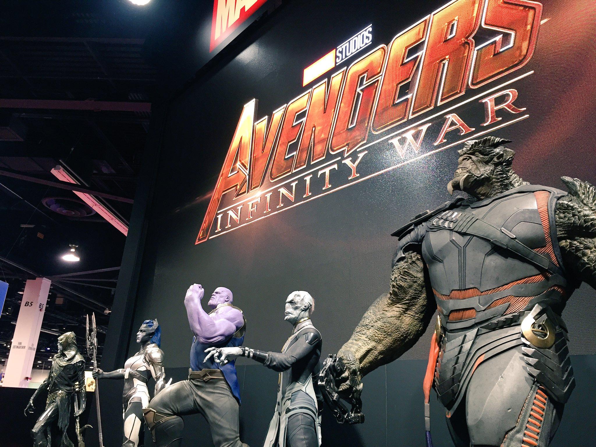 Photo du film Avengers: Infinity War au D23 2017 avec Thanos et les Children of Thanos et le logo
