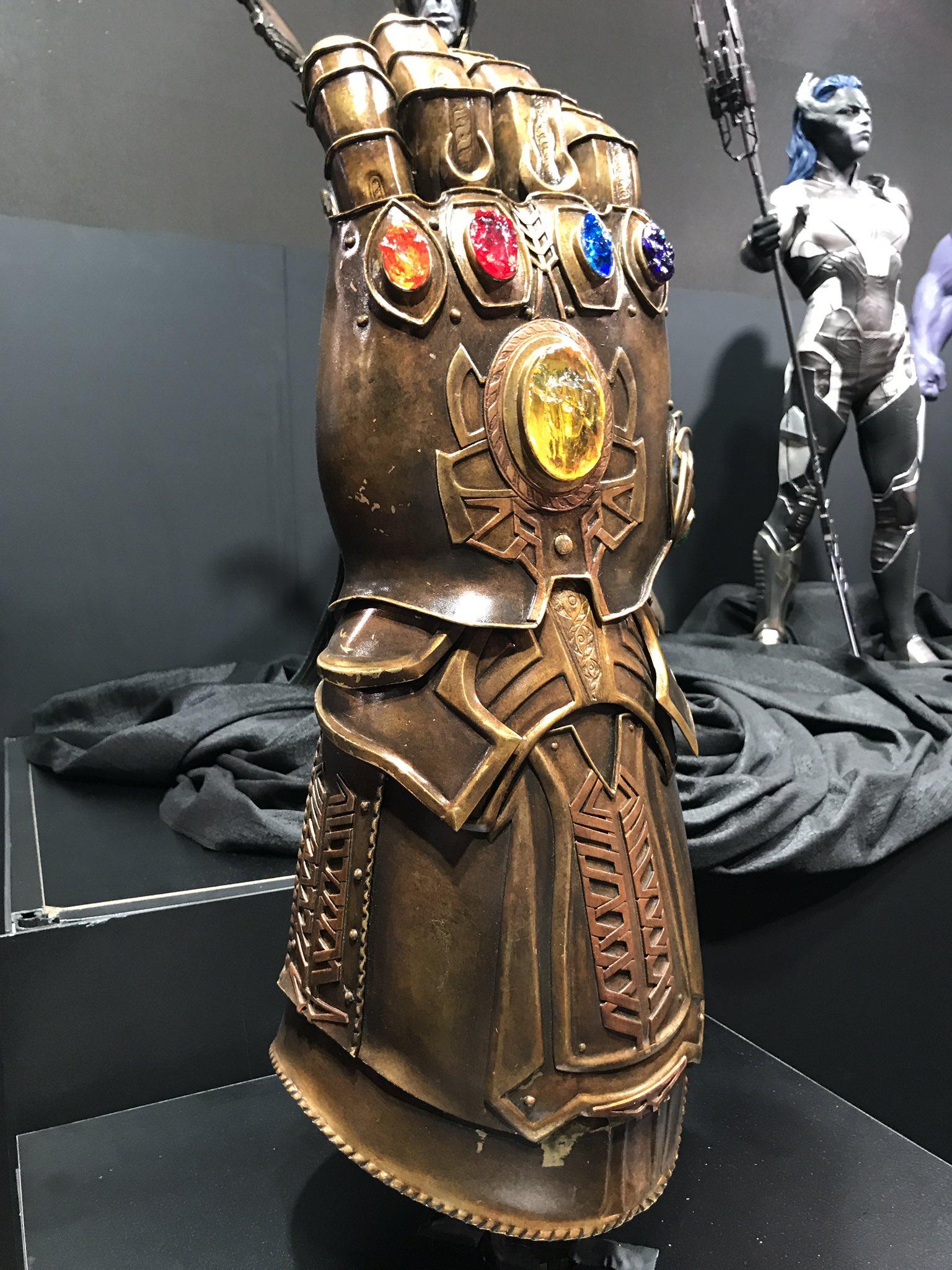 Photo du film Avengers: Infinity War au D23 2017 avec le Gant de l'Infini