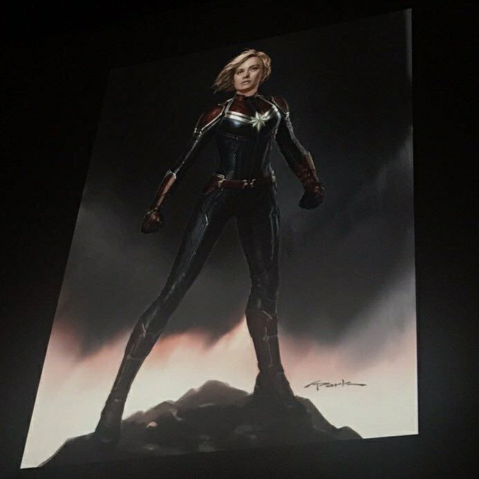 Photo d'un concept art montrant le costume de Captain Marvel pour le film Captain Marvel diffusé lors du panel Marvel à la Comic-Con 2017