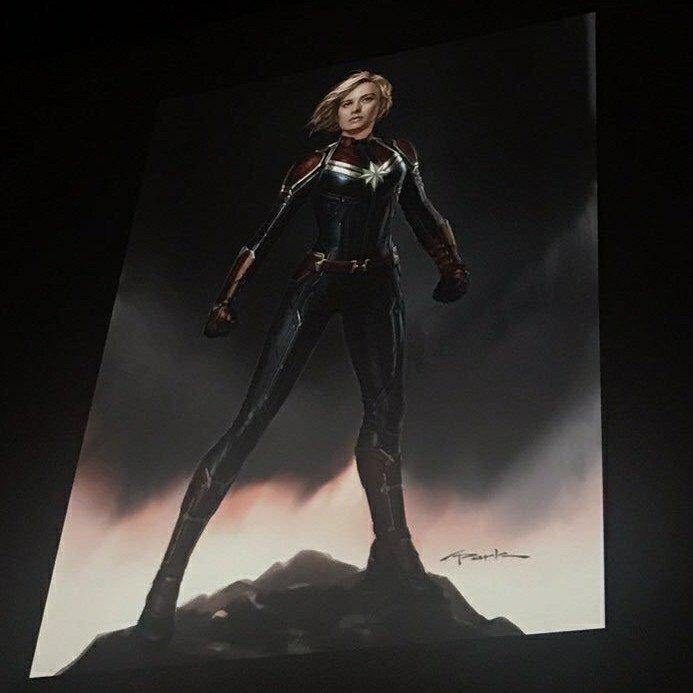 Photo d'un concept art montrant le costume de Captain Marvel pour le film Captain Marvel diffusé lors du panel Marvel à la Comic-Con 2017