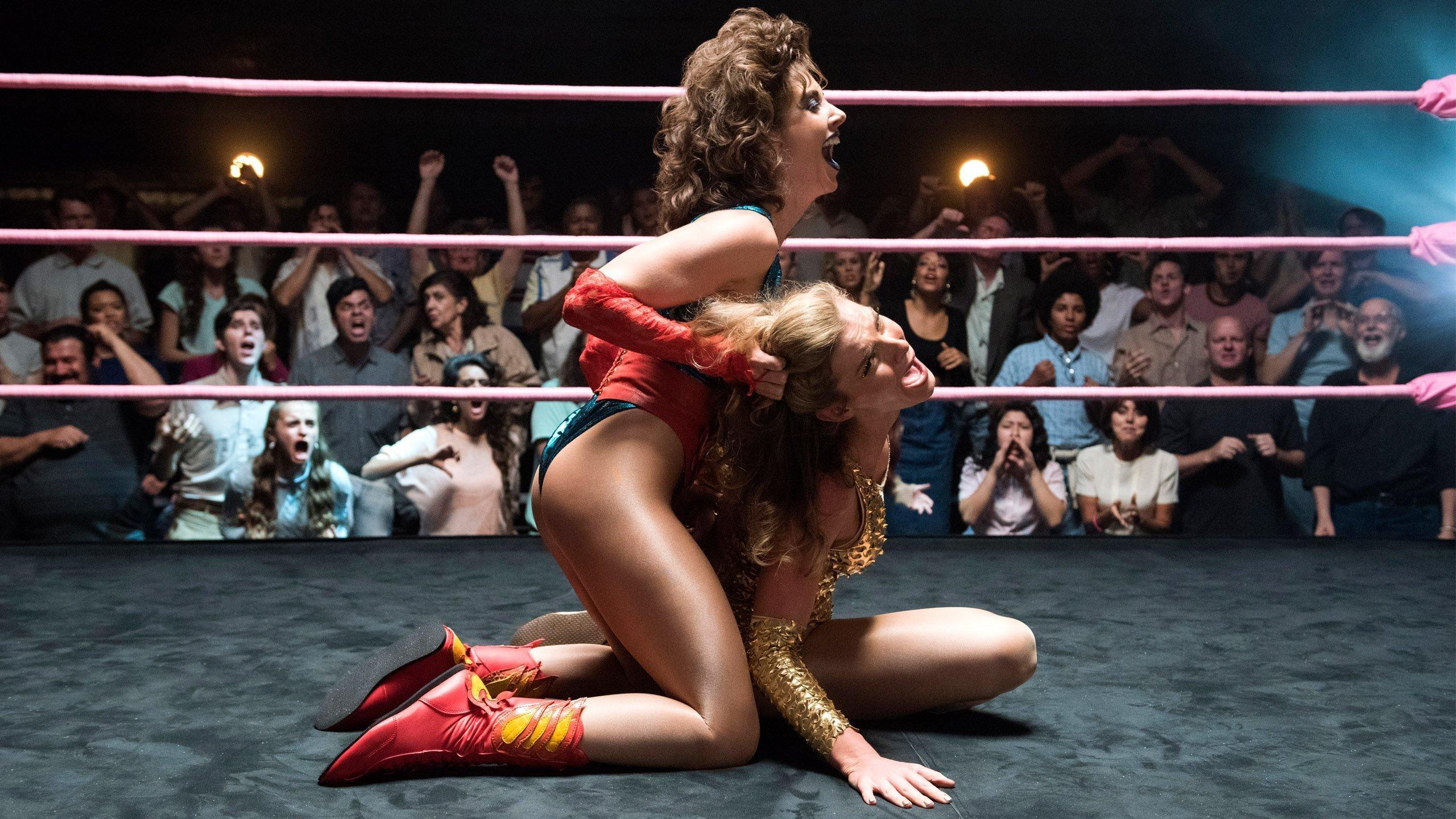 Photo de la saison 1de GLOW avec Alison Brie versus Betty Gilpin