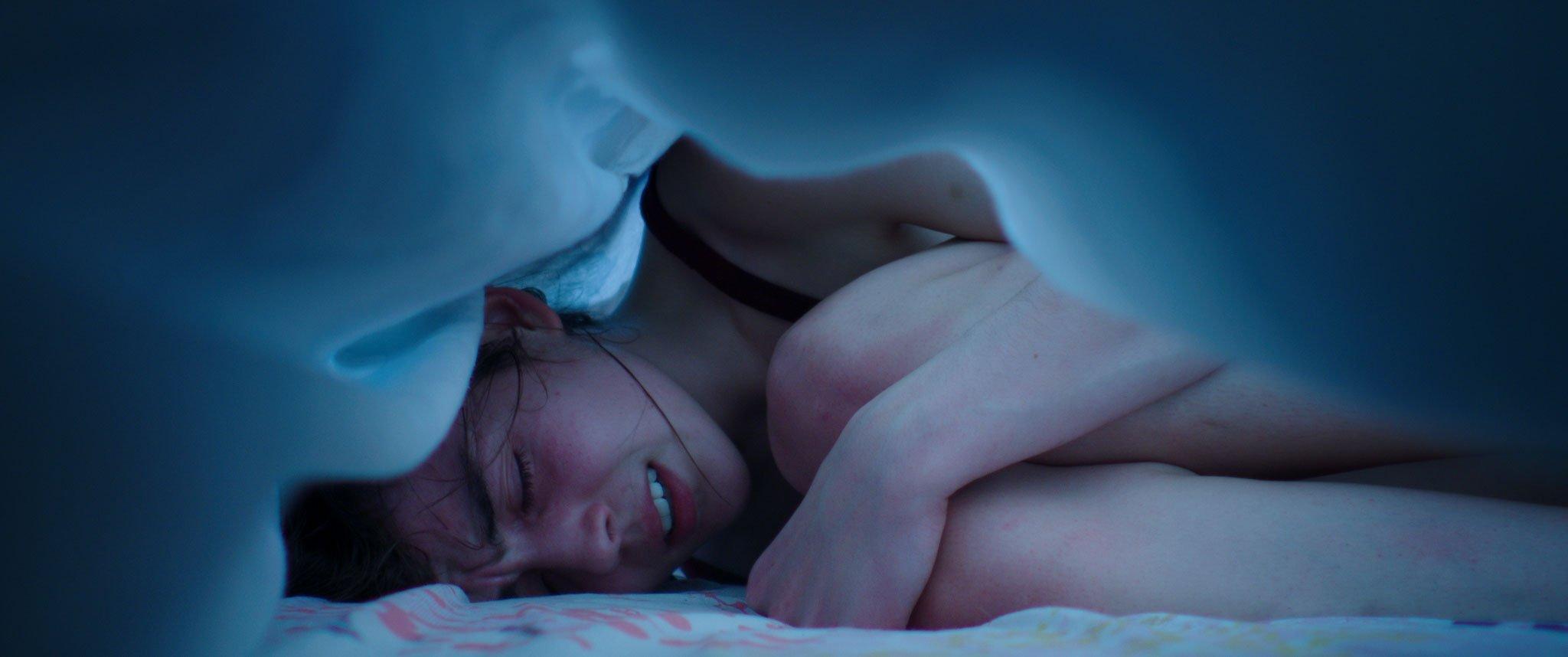 Photo du film Grave avec Garance Marillier sous les draps