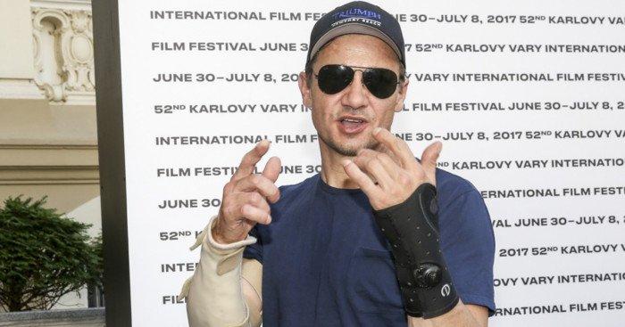 Photo de Jeremy Renner avec les bras cassés au Karlovy Vary Film Festival