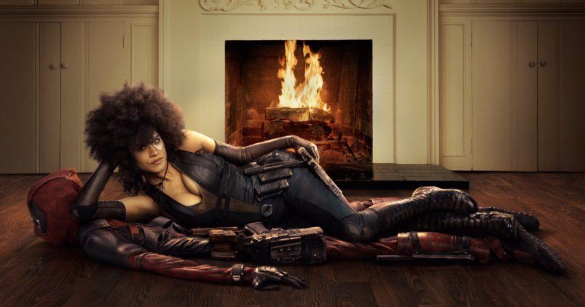 Photo du film Deadpool 2 avec Domino (Zazie Beetz) sur un tapis Deadpool