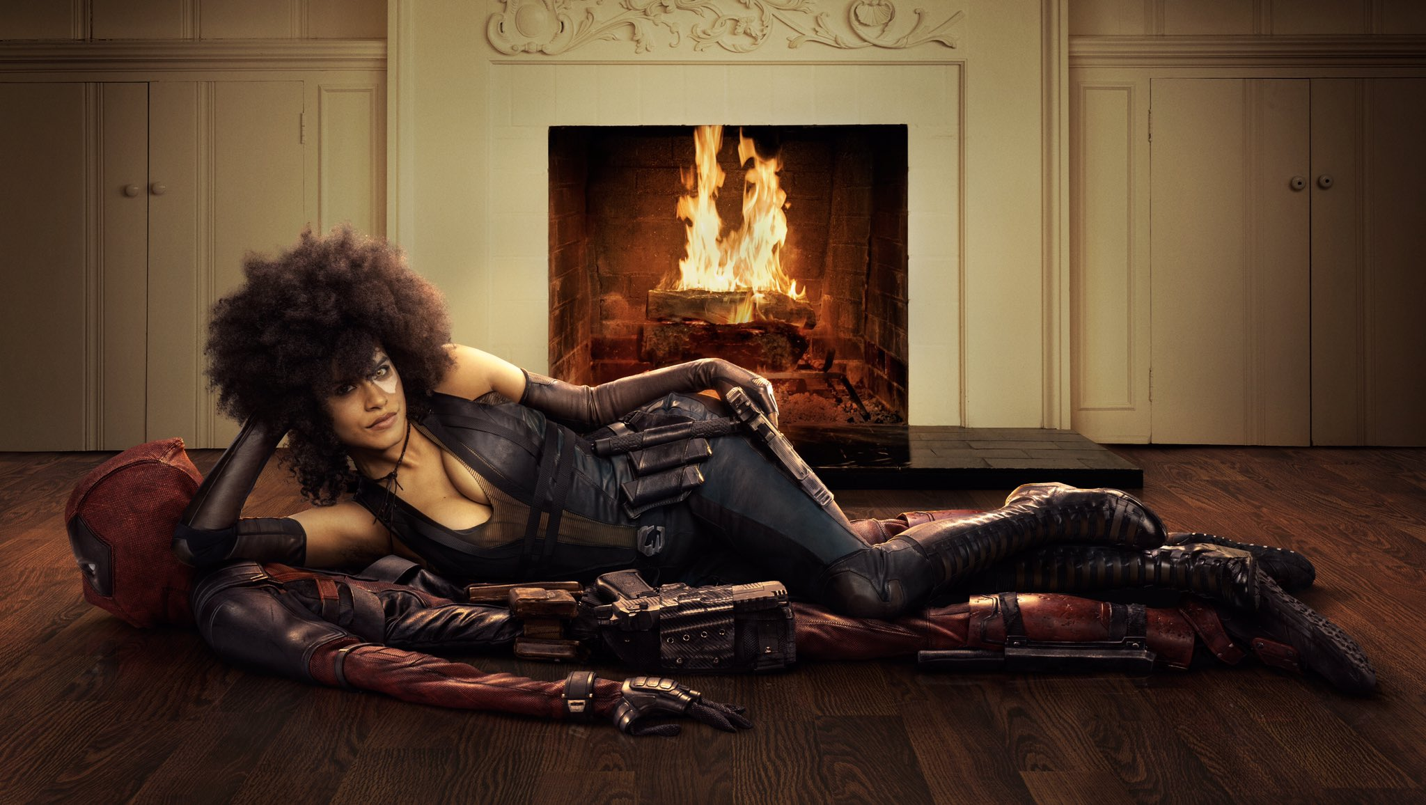 Photo du film Deadpool 2 avec Domino (Zazie Beetz) sur un tapis Deadpool