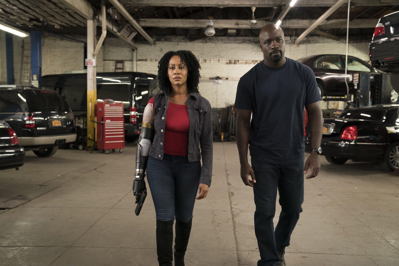 Photo de la saison 2 de Luke Cage avec Misty Knight et son bras bionique