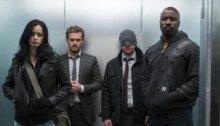 Photo du groupe The Defenders dans un ascenseur
