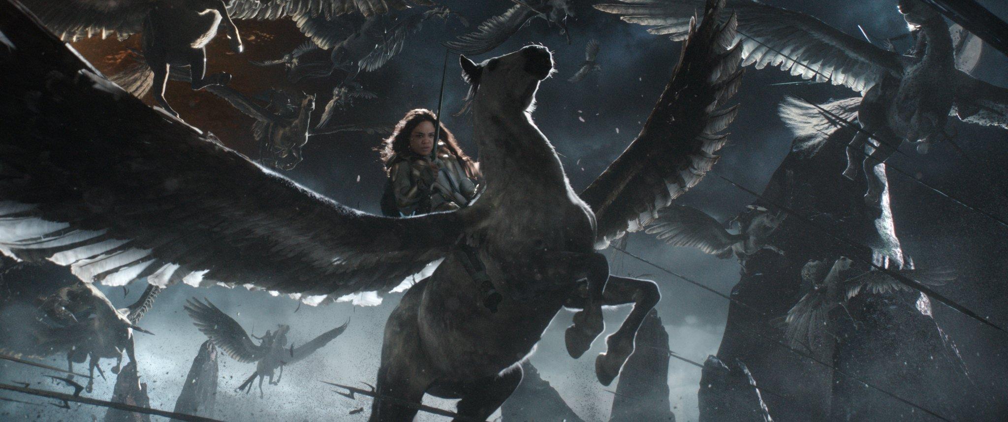 Photo de Thor: Ragnarok avec Tessa Thompson (Valkyrie) sur un cheval ailé
