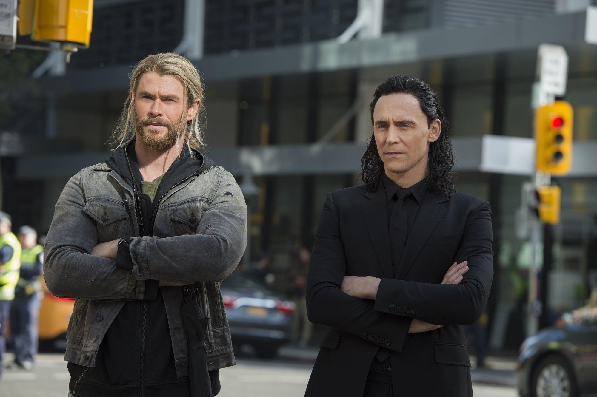 Photo du film Thor: Ragnarok avec Chris Hemsworth et Tom Hiddleston (Thor et Loki)