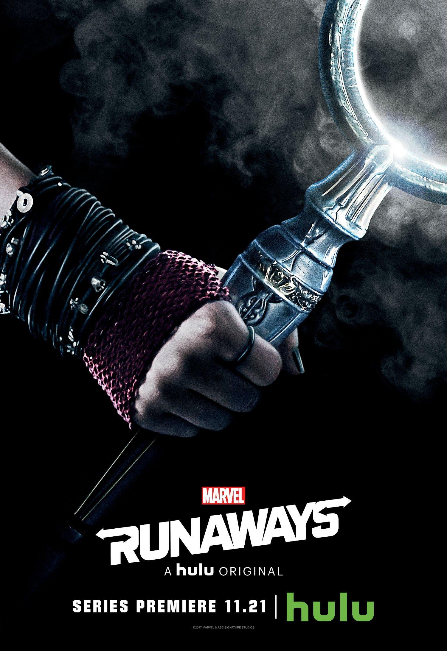 Poster de la saison 1 de Runaways avec le poing de Nico Minoru