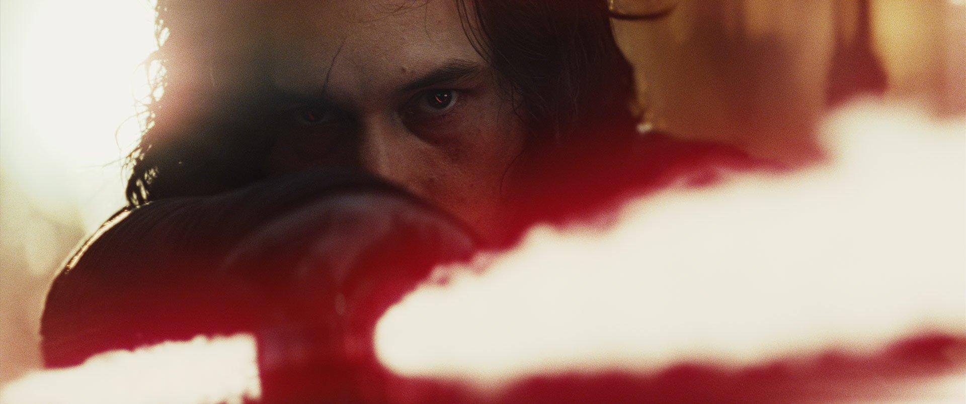 Photo du film Star Wars: Les Derniers Jedi avec Kylo Ren et son sabre-laser