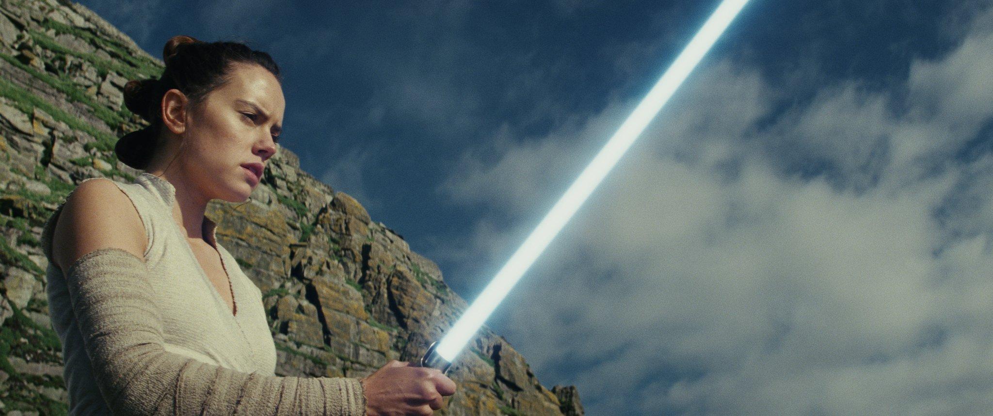 Photo du film Star Wars: Les Derniers Jedi avec Rey et son sabre-laser