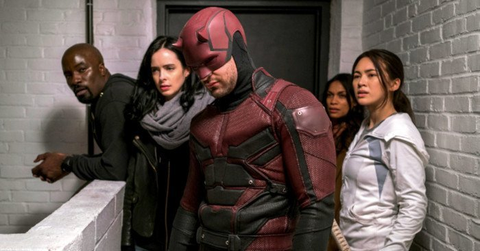 Photo de la saison 1 de The Defenders avec l'équipe dans l'escalier