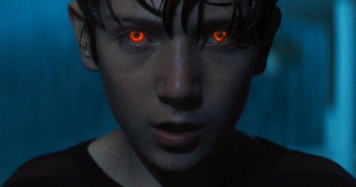 Photo du film Brightburn – L'Enfant du Mal réalisé par David Yarovesky présentant une version maléfique de Superman avec les yeux rouges