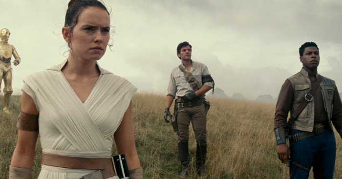 Photo du film Star Wars: The Rise of Skywalker avec, de gauche à droite, Chewbacca (Joonas Suotamo), BB-8, D-O, Rey (Daisy Ridley), Poe Dameron (Oscar Isaac) et Finn (John Boyega)