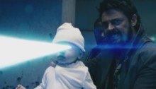 Photo pour la série The Boys avec Butcher (Karl Urban) tenant un bébé tirant des rayons laser avec ses yeux