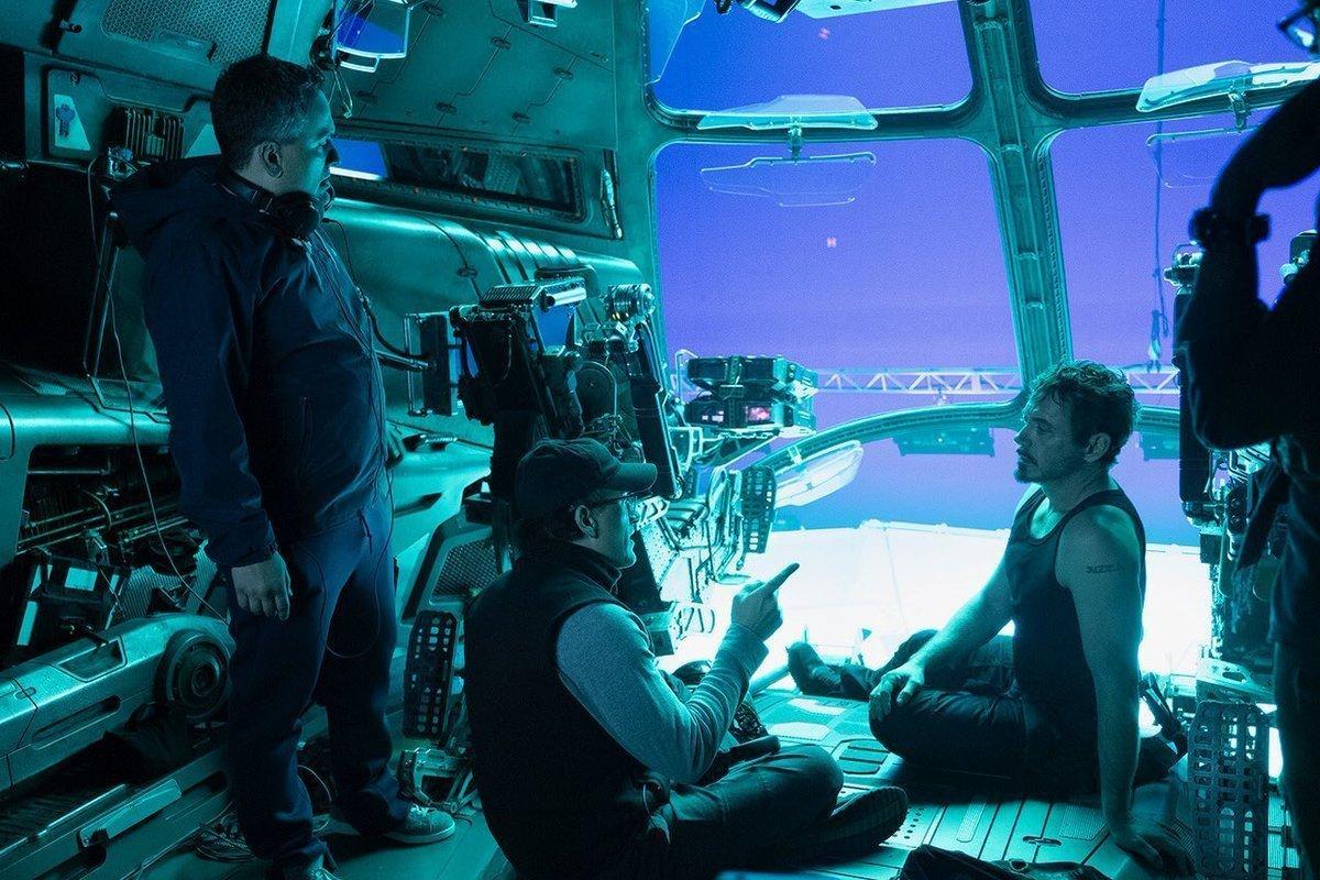 Photo du tournage du film Avengers: Endgame avec les Russo et Robert Downey Jr.